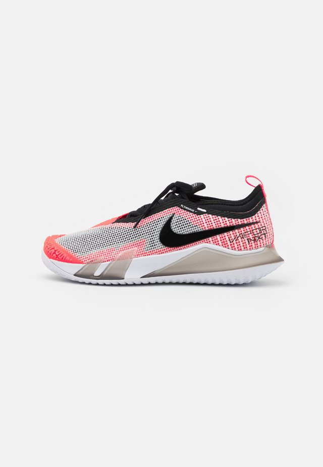 COURT REACT VAPOR NXT - Scarpe da tennis per tutte le superfici - white/black/hyper crimson/volt