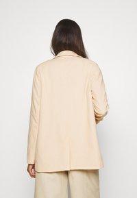 NA-KD - LOOK - Halflange jas - apricot - 2