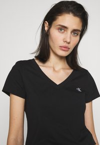 Calvin Klein Jeans - EMBROIDERY V NECK - T-shirts - black - 3