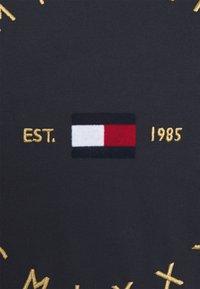 Tommy Hilfiger - REGULAR CIRCLE TEE - T-shirts med print - desert sky - 2