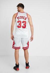 Mitchell & Ness - NBA CHICAGO BULLS PLATINUM SWINGMAN SCOTTIE PIPPEN - Squadra - silver - 2