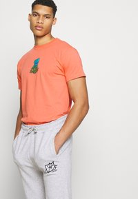 Santa Cruz - BIGFOOT SCREAMING HAND  UNISEX - Print T-shirt - salmon - 3