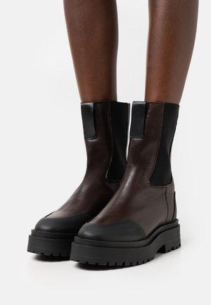 SHOES - Kotníkové boty na platformě - brown