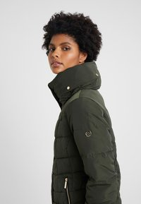 MICHAEL Michael Kors - SHORT PUFFER - Down jacket - ivy - 4