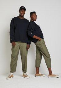Converse - SHAPES BUBBLE CREW UNISEX - Sweatshirt - black - 2