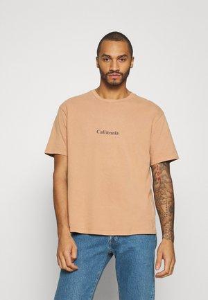 CALI TEE - T-shirt med print - camel