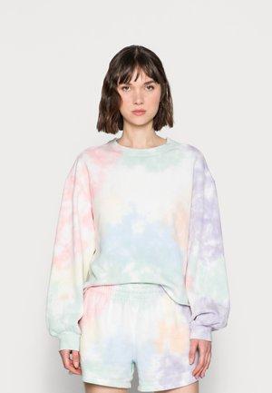 PRIDE CUTOFF CREW - Sweater - white splouchy wash