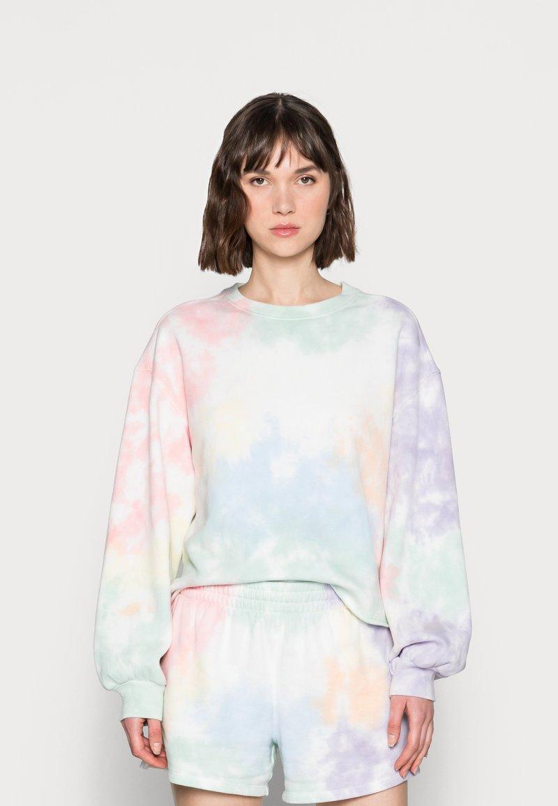 Abercrombie & Fitch - PRIDE CUTOFF CREW - Sweatshirt - white splouchy wash