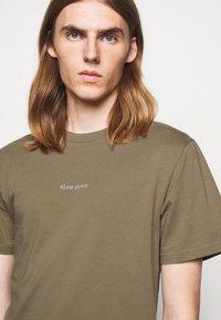 forét - QUIET - Print T-shirt - stone - 3