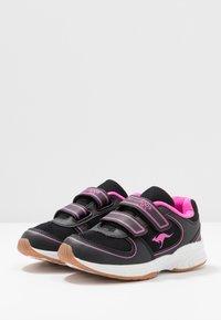KangaROOS - SINU - Baskets basses - jet black/daisy pink - 3