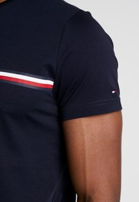 Tommy Hilfiger - CORP SPLIT TEE - T-shirt con stampa - blue - 5