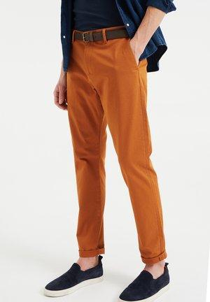 Pantalones chinos - rust brown