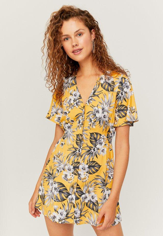 MIT KNÖPFEN - Denní šaty - yellow