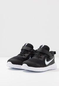 Nike Performance - REVOLUTION 5 UNISEX - Hardloopschoenen neutraal - black/white/anthracite - 3