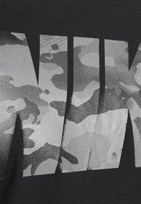 Nike Performance - DRY TEE BLOCK - T-shirt con stampa - black/smoke grey - 5