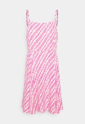 CAMI DRESS - Denimové šaty - pop peach