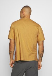 Patagonia - ROAD TO REGENERATIVE LIGHTWEIGHT TEE - T-shirt basique - surfboard yellow - 2