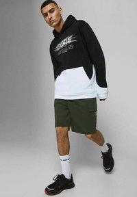 Jack & Jones - AIR CARGO - Shorts - deep lichen green - 3