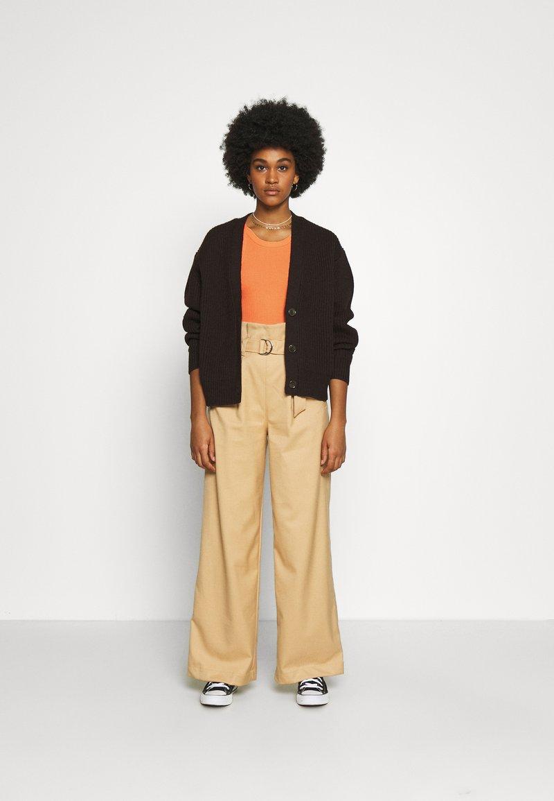 Monki - Top - orange/black dark solid