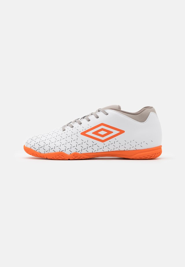 VELOCITA V CLUB IC - Scarpe da calcetto - white/carrot/frost gray