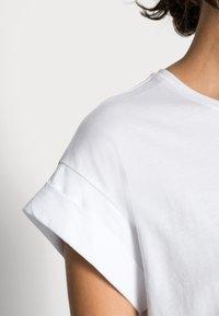 Moss Copenhagen - ALVA PLAIN TEE - Basic T-shirt - white - 4