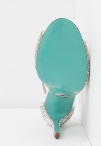 Blue by Betsey Johnson - SAGE - Sandali con tacco - ivory - 6