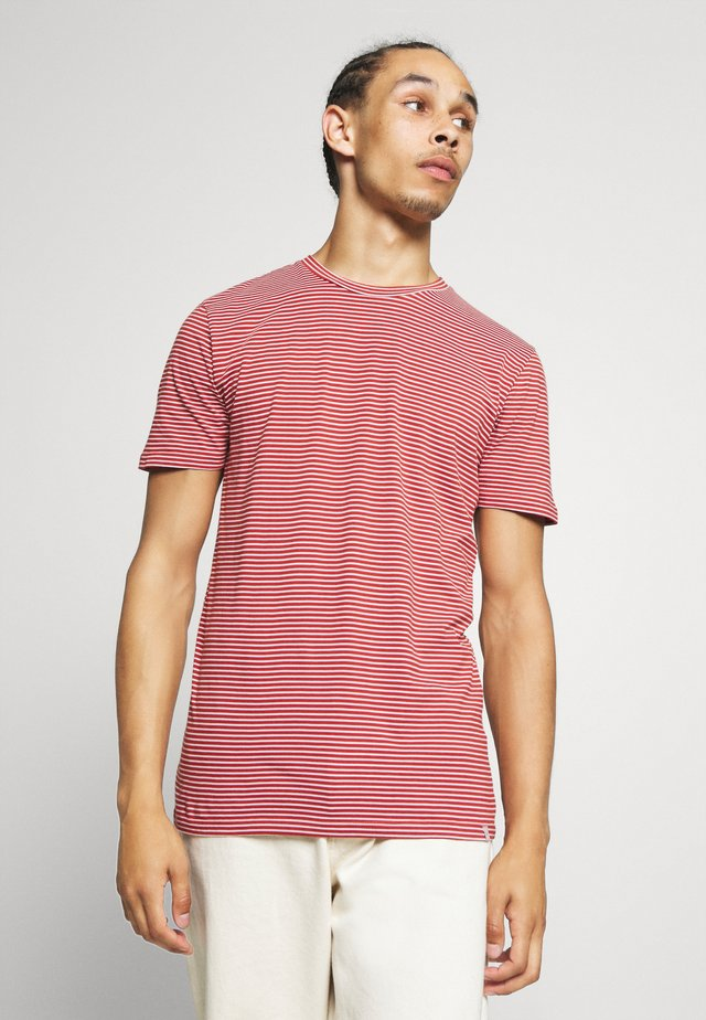 LUKA  - T-shirt print - red ochre