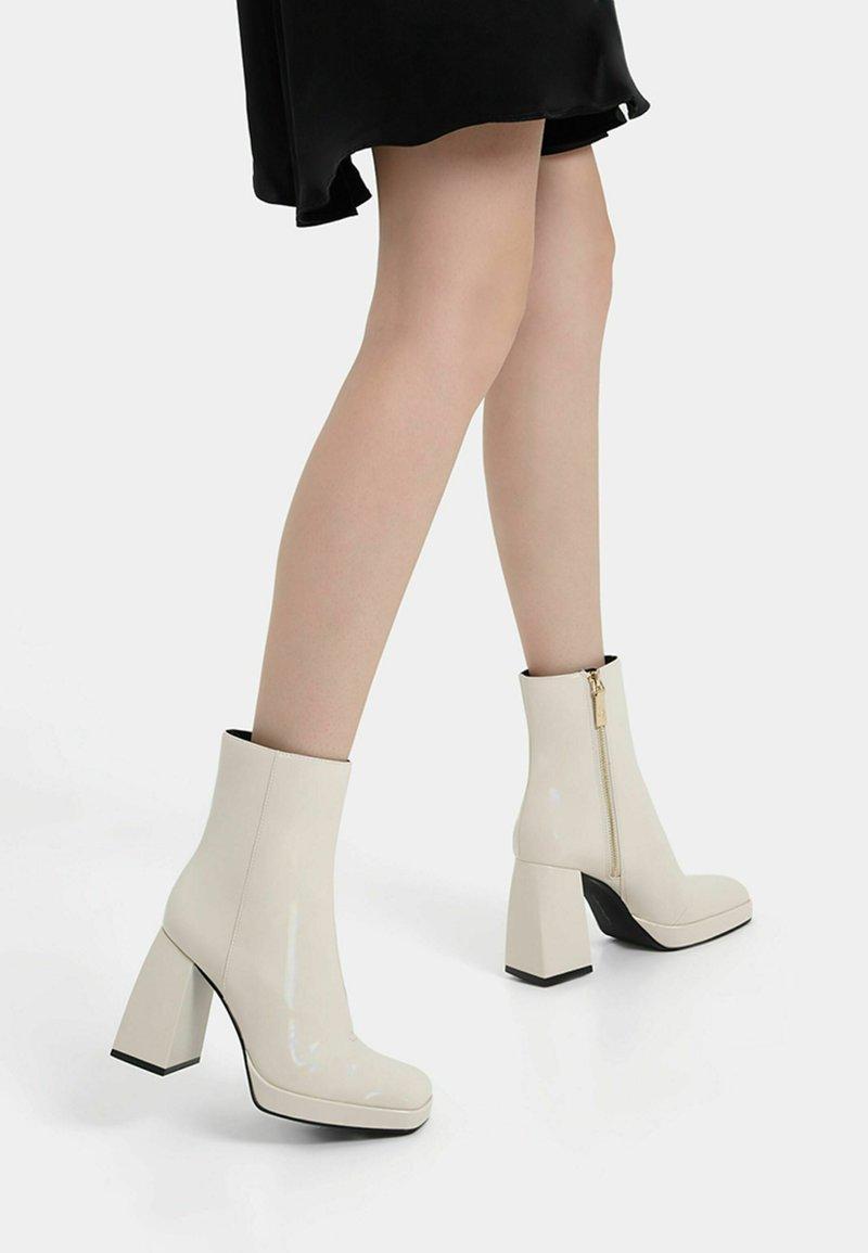 Bershka - Korte laarzen - off-white