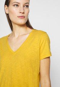 Madewell - MWELL WHISPER V NECK TEE - Basic T-shirt - nectar gold - 4