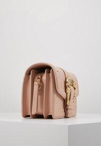 Versace Jeans Couture - BAROQUE BUCKLE STUD SHOULDER  - Across body bag - naked pink - 3