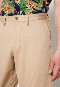 GANT - RELAXED - Shorts - dark khaki - 4