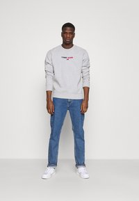 Tommy Jeans - LINEAR LOGO CREW - Sweatshirt - grey - 1