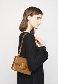 Rejina Pyo - HARPER BAG SMALL - Across body bag - biscuit - 0