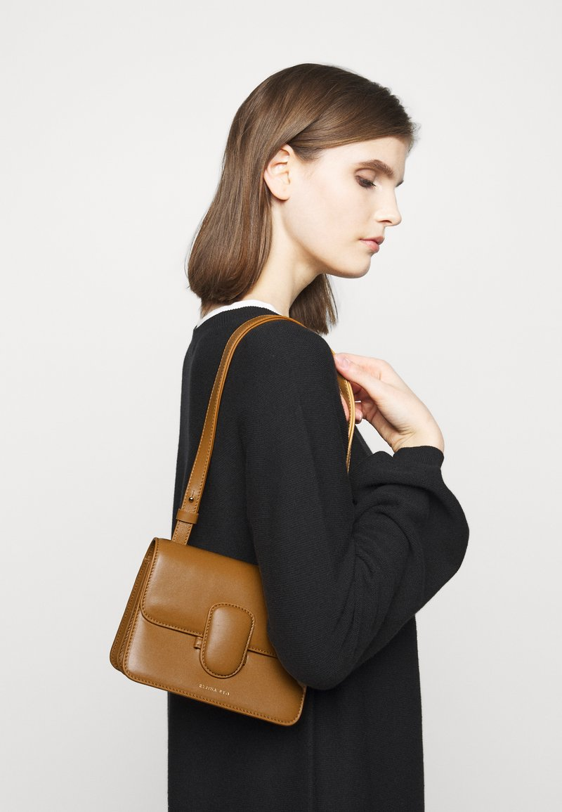 Rejina Pyo - HARPER BAG SMALL - Across body bag - biscuit