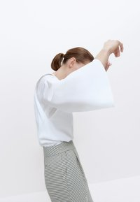 Uterqüe - MIT SCHULTERPOLSTERN  - Blouse - white - 3