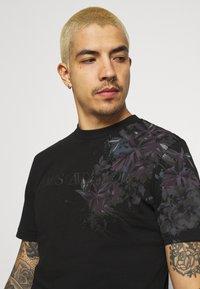 River Island - FLORAL TEE - Print T-shirt - black - 3