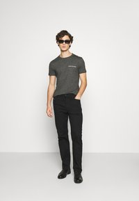 Calvin Klein Jeans - INSTITUTIONAL CHEST GRINDLE TEE - T-shirt med print - black - 1