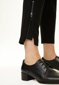 comma - MIT REISSVERSCHLUSS-DETAIL - Trousers - black - 3