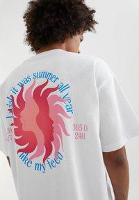 PULL&BEAR - MIT SONNE - Print T-shirt - white - 4