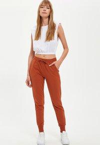 DeFacto - Pantalones deportivos - orange - 1
