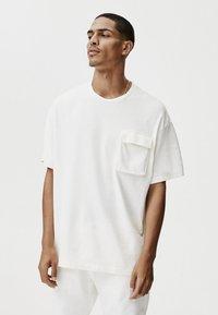 PULL&BEAR - MIT TASCHEN - Print T-shirt - white - 0