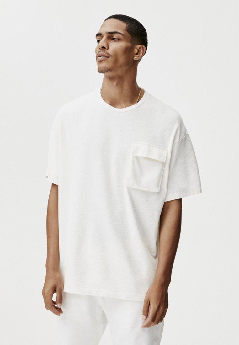 PULL&BEAR - MIT TASCHEN - Print T-shirt - white