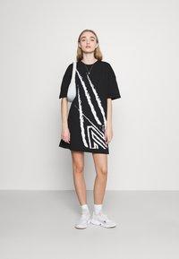NIKKIE - CLAW DRESS - Žerzejové šaty - black - 1