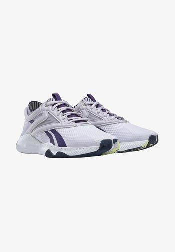 HIIT LES MILLS FOUNDATION - Zapatillas de entrenamiento - purple