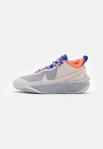 TEAM HUSTLE UNISEX - Basketball shoes - desert sand/light smoke grey