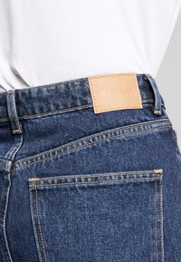 Weekday - MEG HIGH MOM WASHED BACK - Jeans straight leg - win blue - 4