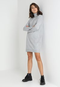 Vero Moda - VMBRILLIANT ROLLNECK DRESS  - Robe pull - light grey melange - 1