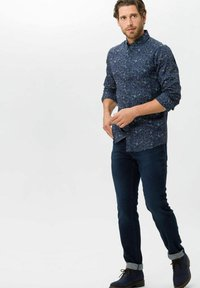 BRAX - STYLE CHUCK - Jeans slim fit - knight blue used - 1