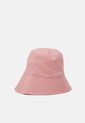OVERSIZED BUCKET HAT