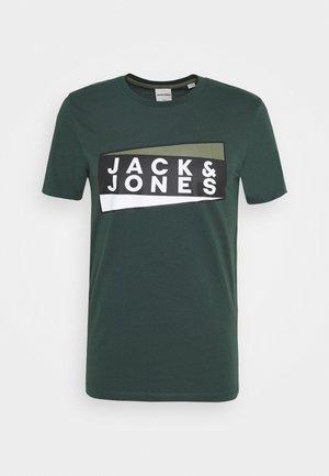 JCOSHAUN  - Print T-shirt - darkest spruce